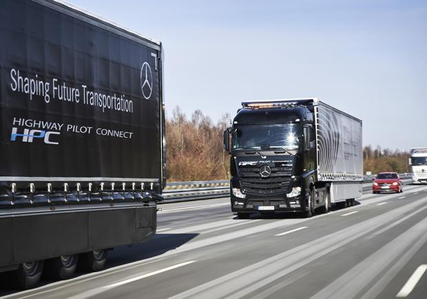 Shaping Future Transportation Mercedes-Benz Truck in convoglio